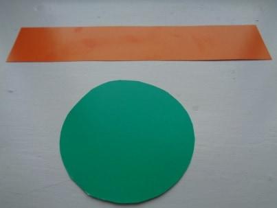 Вырезать из картона круг диаметром 10 см, полосу шириной 4 см и длиной 34 см.