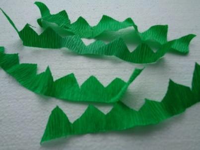 Из зелёной креповой бумаги вырезать 2 полоски длиной по 34 см. (или несколько полосок)