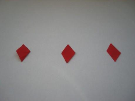 Вырезать из красной бумаги 3 фигуры «ромб» для клювиков.
