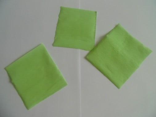 Делаем заготовки для листьев цветка. Для этого из крепированной бумаги зелёного цвета вырезаем ромбы 7*7 см., закругляем противоположные углы.