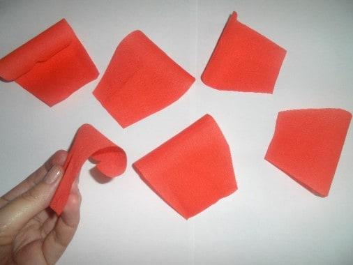 Для этого вырезаем из крепированной бумаги розового цвета прямоугольные формы 5*6 см.