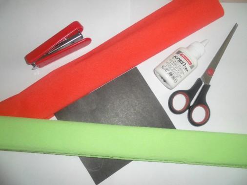 крепированная бумага зелёного и красного цвета