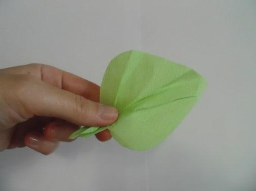 Из получившихся заготовок делаем листья цветка. Складываем заготовку гармошкой, расходящуюся от одного угла.
