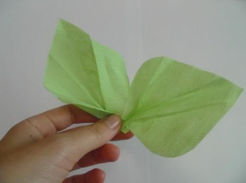 Соединяем все элементы при помощи степлера и клея: 2 листка, 9 лепестков и одну серединку цветка.