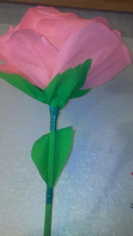 На сформировавшийся цветок, крепим лепестки зеленой изолентой.