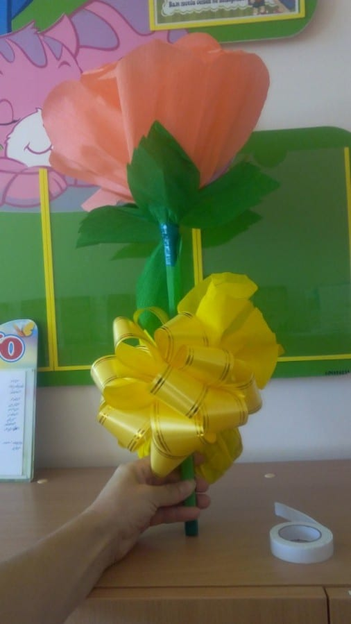 Мастер-класс для дошкольников «Цветок из креповой бумаги для сюрпризного момента»