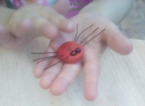 Дети приделывают ножки из кусочков проволоки.