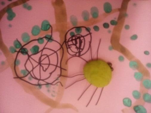 Дети подходят к столам и рисуют паутину.