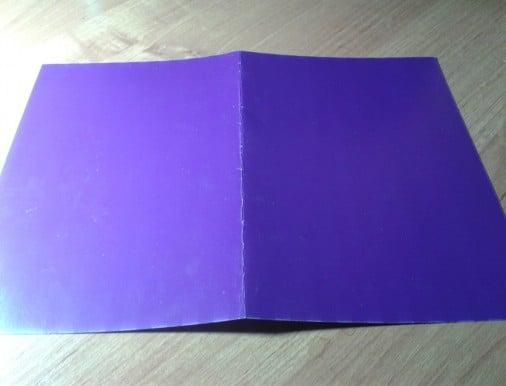 2. Сложить фиолетовый лист пополам – обложка.