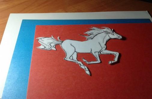 5. Аналогично вырезать коня из красной и голубой бумаги.