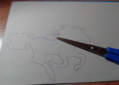 3. На белой бумаги по трафарету, обвести коня и вырезать.