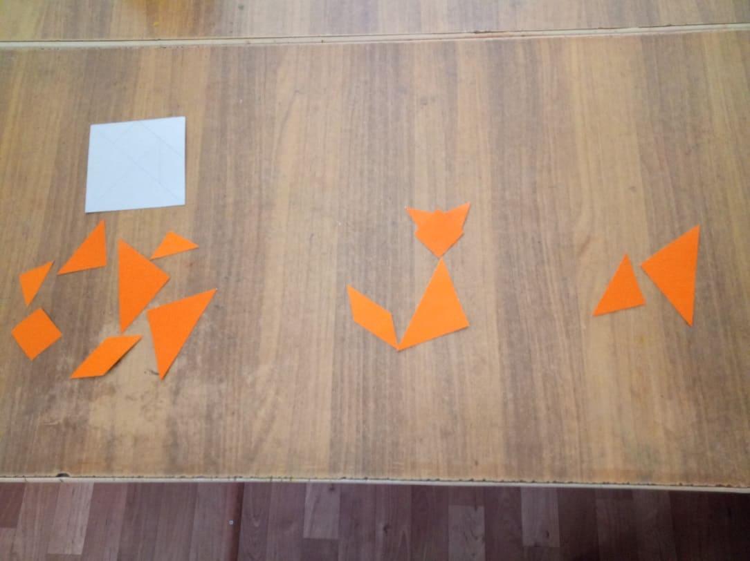 Дети собирают лису из геометрических фигур