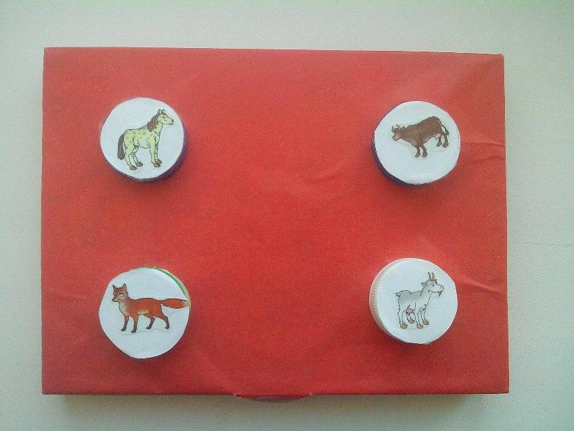 Дидактическая игра своими руками «Крышечки» для детей младшего дошкольного возраста, дидактические игры из крышек в детском саду.