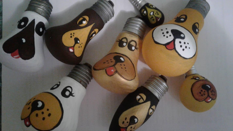 3.Тонкой кистью прорисовываем мелкие детали (зрачки, блики, усы, ноздри, украшения) и делаем обводку черной краской.