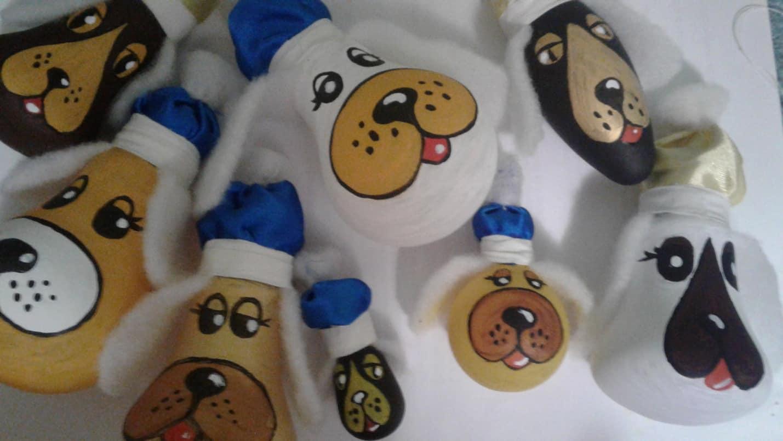 6.Цоколь лампочки украшаем ярким колпаком. Его можно изготовить из раструб детской перчатки или лоскутков ткани. В данном случае колпаки выполнены из атласной ленты, декорированы синтепоновым помпоном. Колпаки прочно крепятся к цоколи при помощи лейкопластыря.